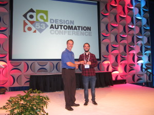 "Chrystian recebendo o prêmio ""The Most Insightful"" das mãos do General Chair do DAC2016, Charles ""Chuck"" Alpert"